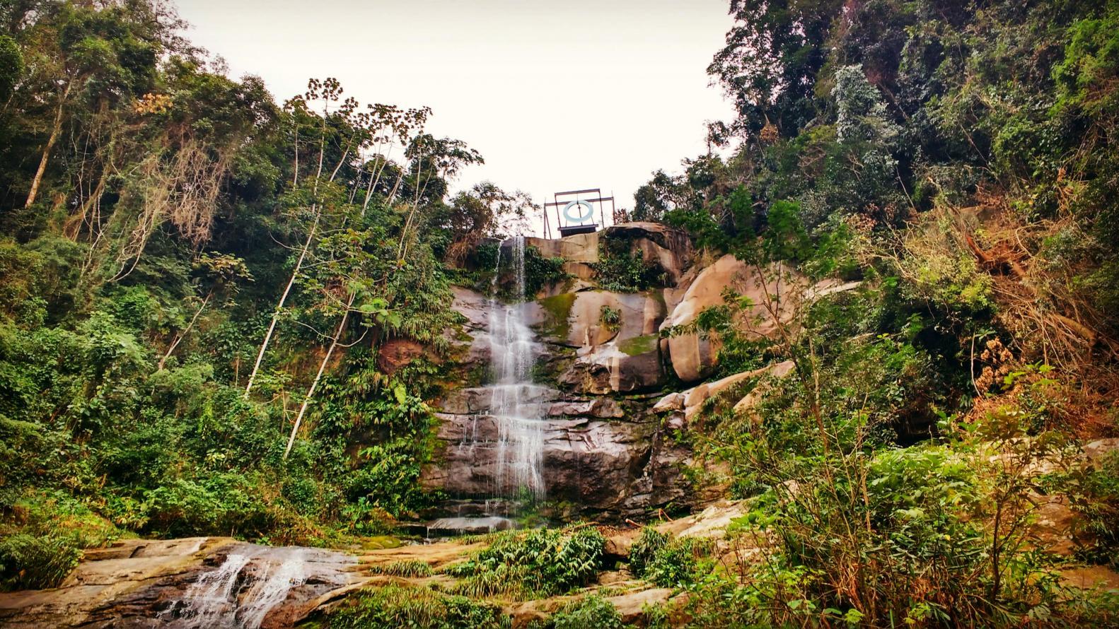 """Artista plástica Mariko Mori inaugura """"sexto anel olímpico"""" sobre cachoeira do Parque Estadual do Cunhambebe, em Mangaratiba"""
