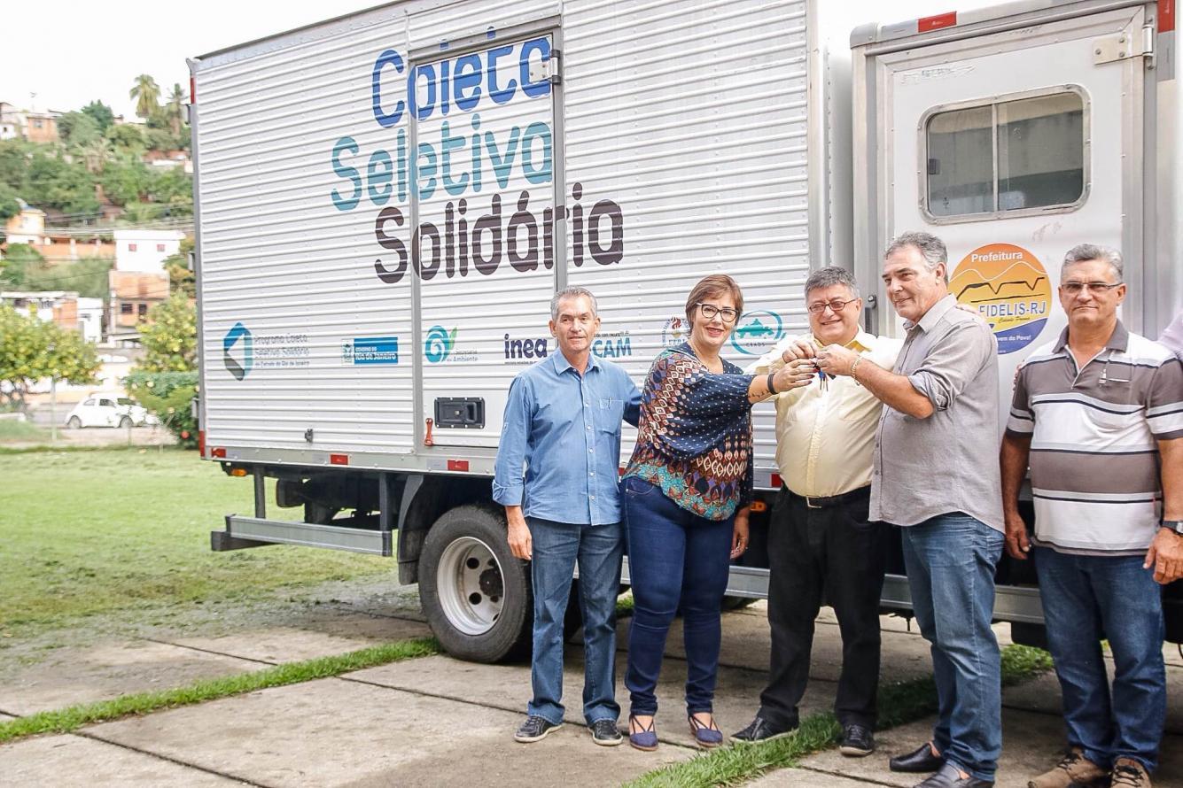 Secretaria entrega caminhão de coleta seletiva em São Fidélis
