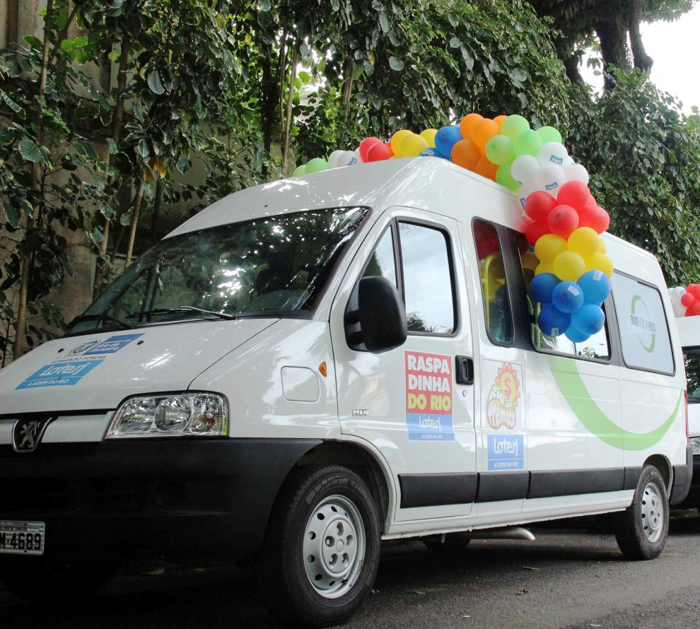 Van doada pelo RioSolidario e Loterj auxilia trabalho com idosos em Valença