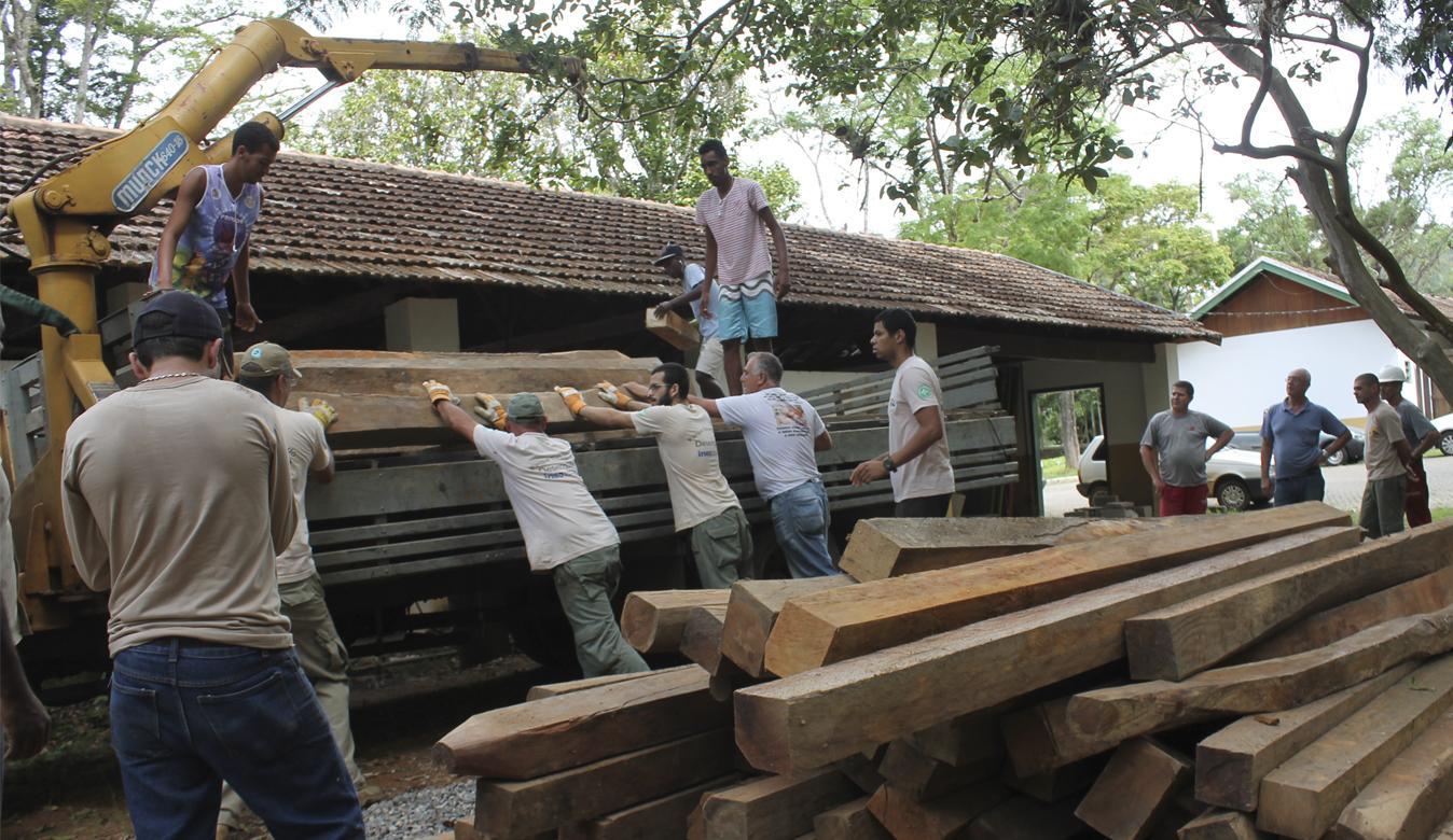 Parque Estadual do Desengano faz doação de madeiras apreendidas à Escola de Marcenaria em Santa Maria Madalena