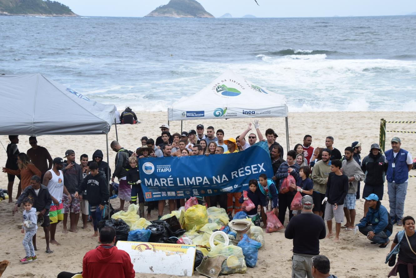 Instituto Estadual do Ambiente promove limpeza na Praia de Itaipu