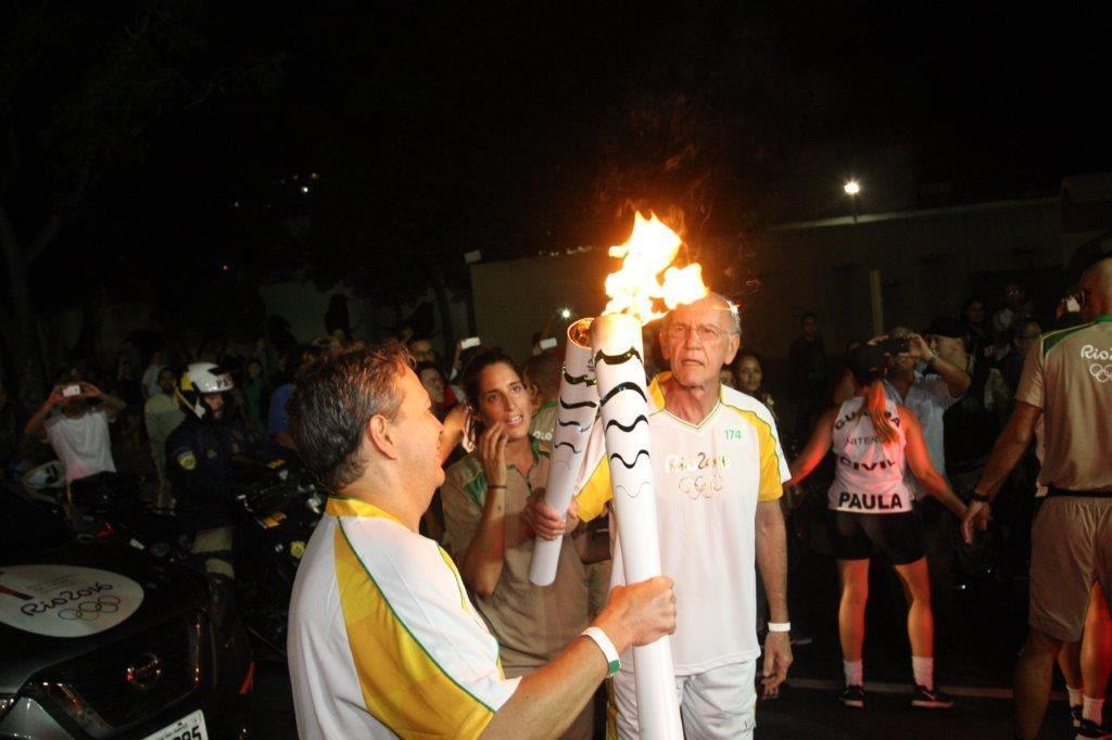 Pesquisador do Instituto Estadual do Ambiente participa do revezamento na condução da tocha olímpica