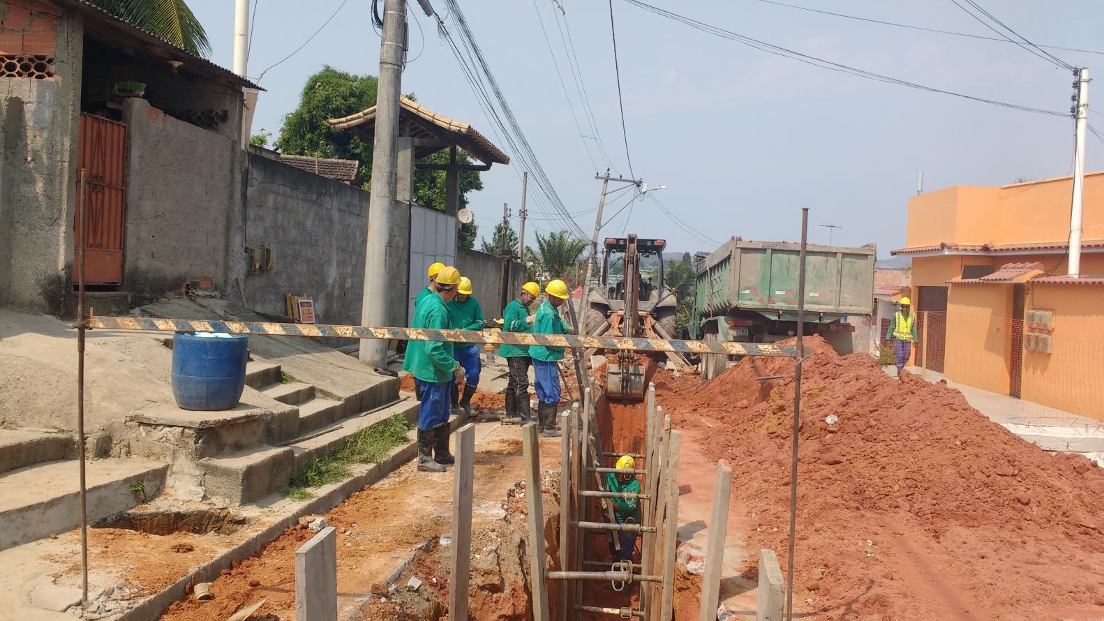 Construção do sistema de esgotamento sanitário da bacia do Alcântara avança e abre novas frentes de obras nas ruas de São Gonçalo