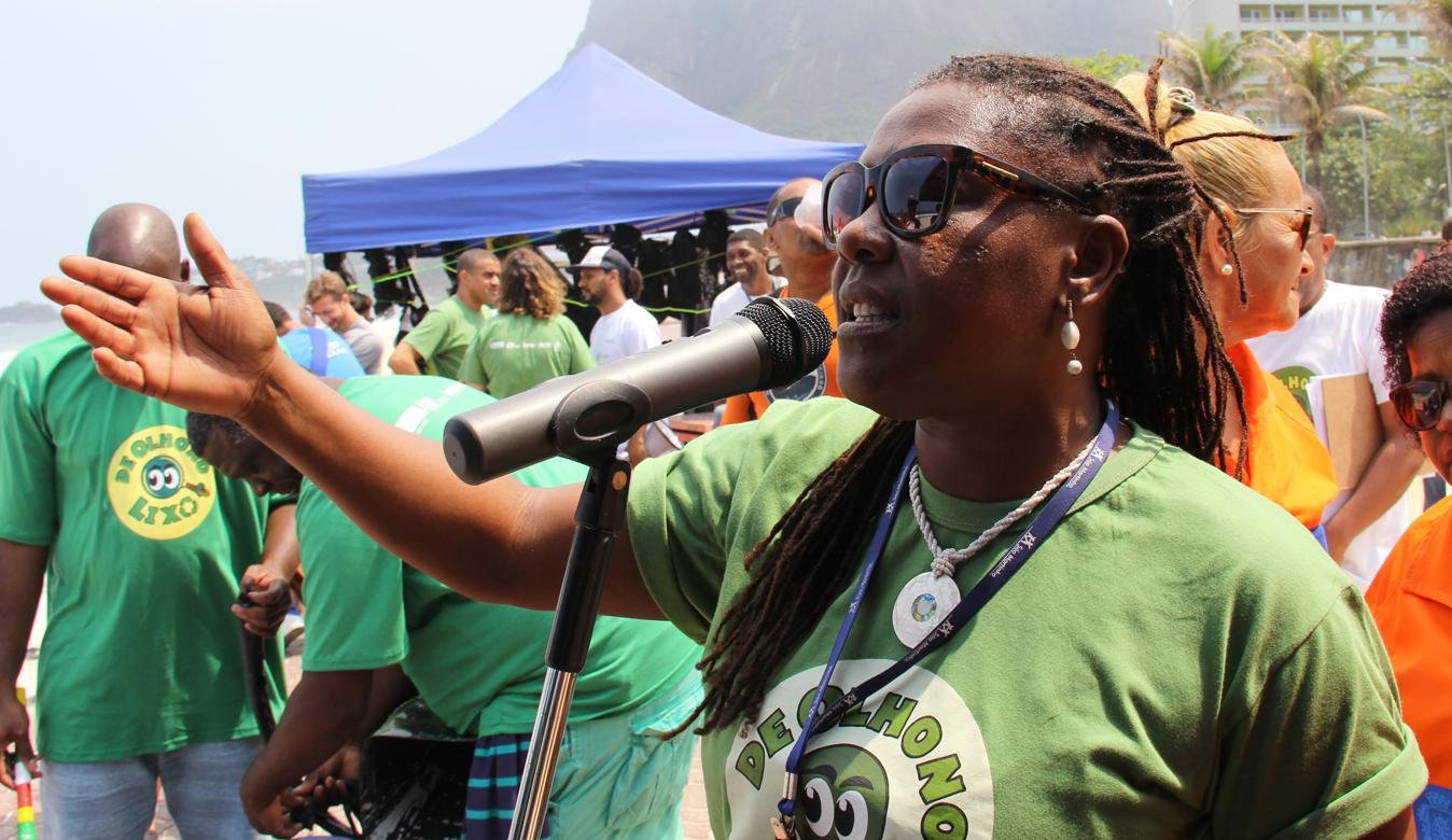 Projeto De Olho no Lixo e atletas de elite da Competição Aquática Rei e Rainha do Mar participam de atividade de educação ambiental na Praia de Copacabana