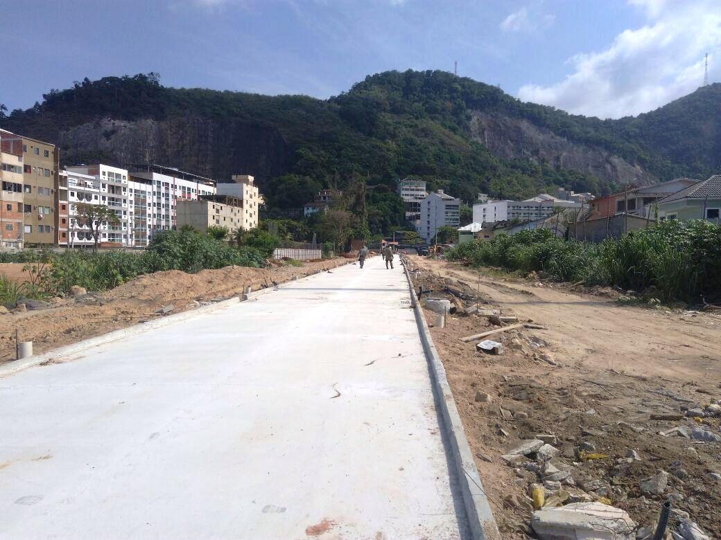 Fiscais do Inea usam helicóptero para flagrar desmatamento no Rio