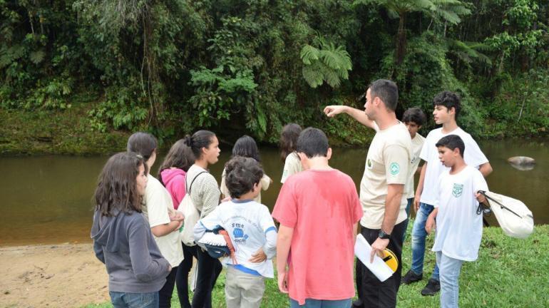 Crianças e jovens capacitados pelo projeto Guarda-Parque Mirim recebem seus certificados de conclusão do curso